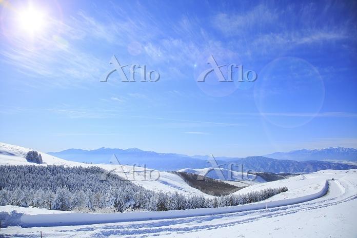 日本 長野県 霧ケ峰高原 雪のビーナスラインと南アルプスと中・・・