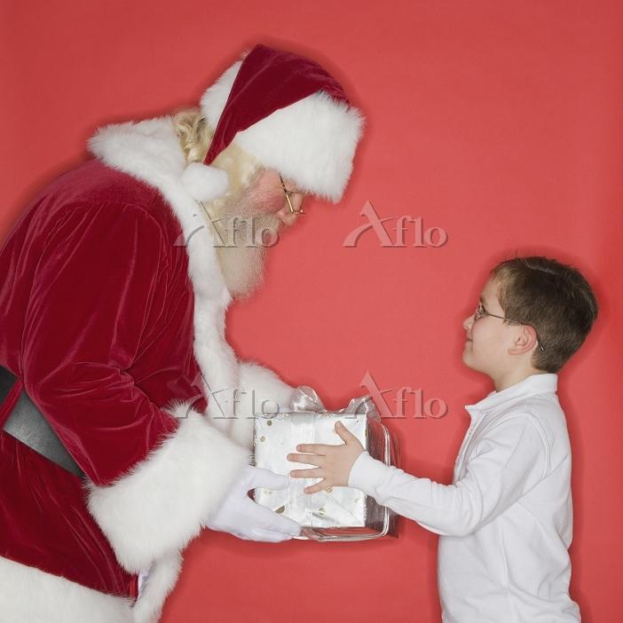 子供にプレゼントを渡すサンタクロース