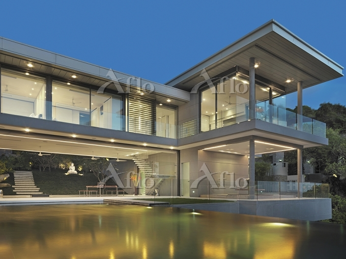 Multiple story modern home wit・・・
