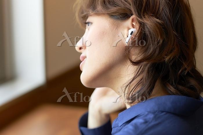 ワイヤレスイヤホンで音楽を聴く日本人女性