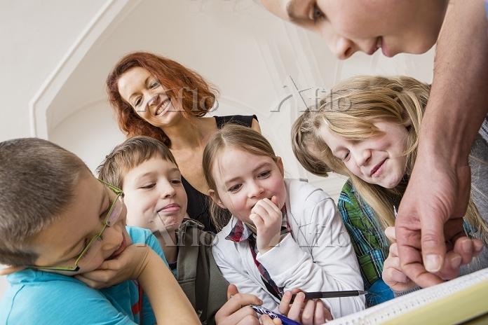 勉強する教師と子供たち