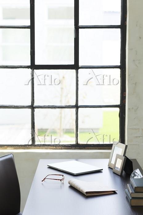 窓辺にデスクのある海外のオフィスイメージ