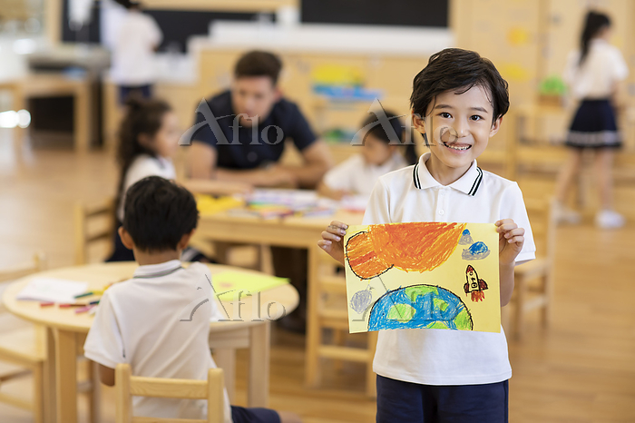 Little boy showing his paintin・・・
