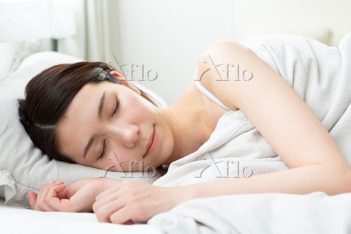 眠っている日本人女性