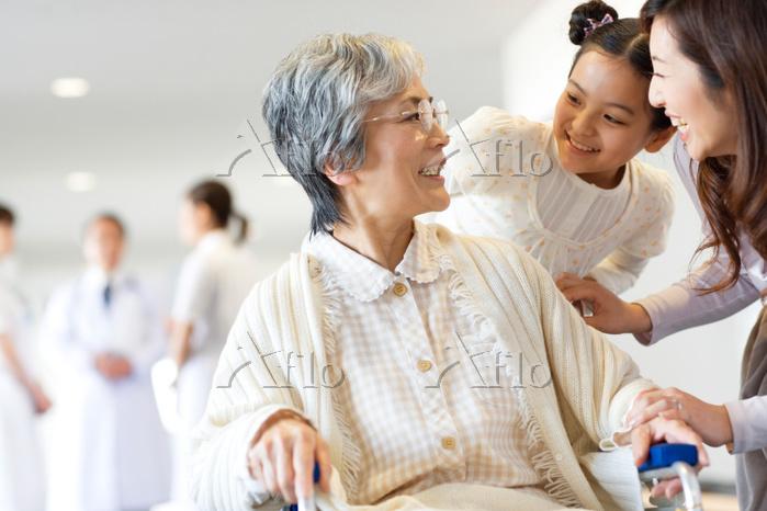 車椅子に乗る祖母と母娘