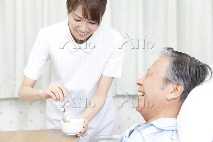 食事補助をする看護師