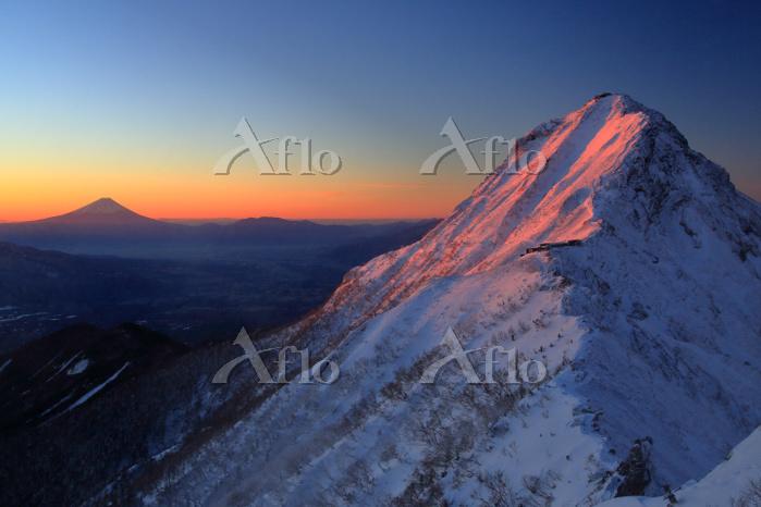 長野県 八ヶ岳 横岳より赤岳と富士山