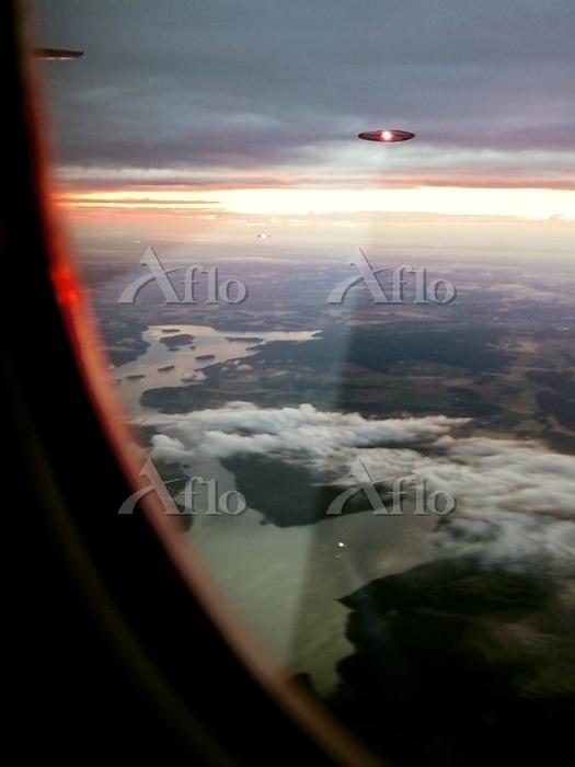 UFOs scanning an aircraft. Pho・・・