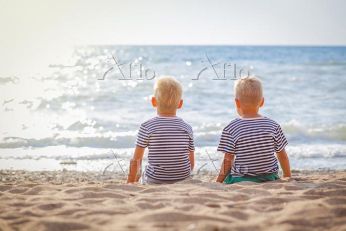 海を眺める子供 海