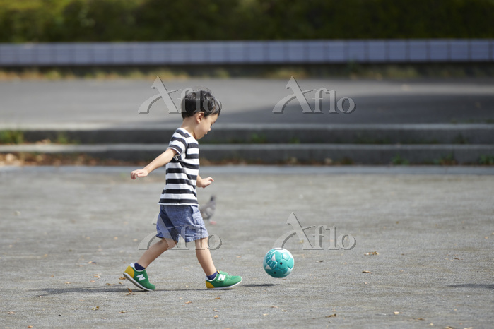 サッカーをする日本人の男の子