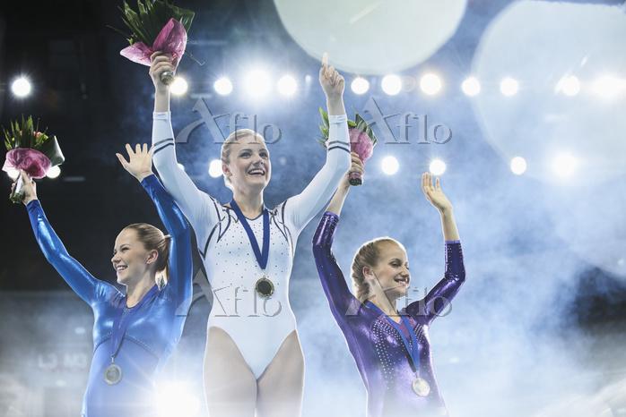 表彰台に上る女子体操選手
