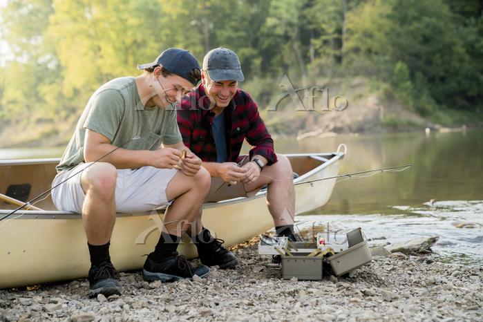 友人と釣りをする若者