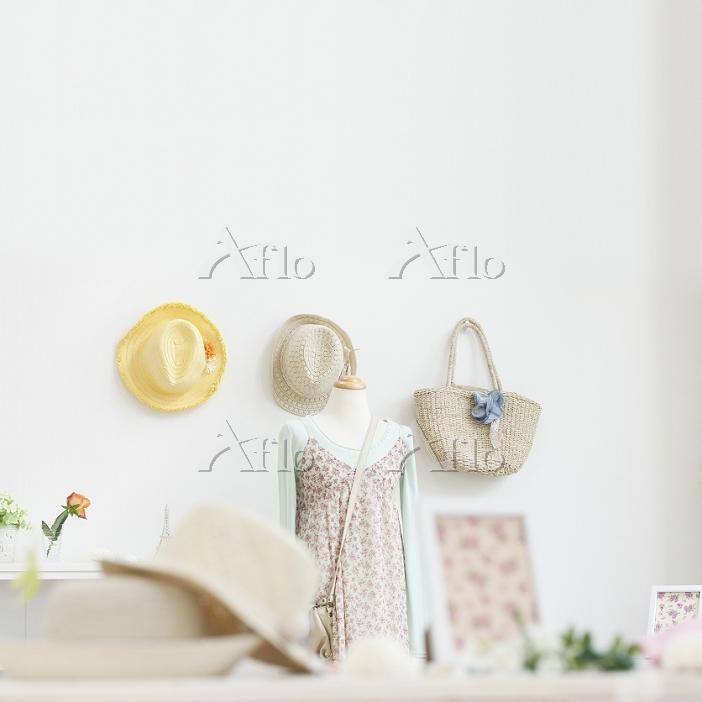 トルソーに飾られた洋服と壁に掛けられた帽子とカバン