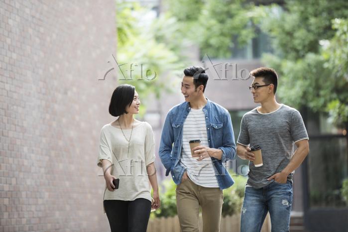 友人と歩きながら話す若者