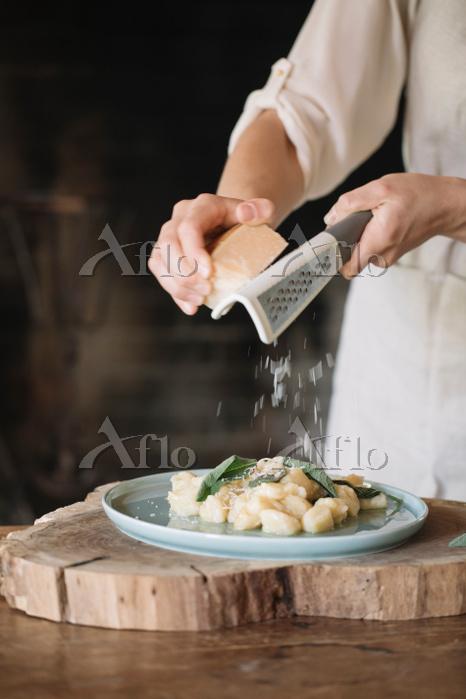 調理する手元