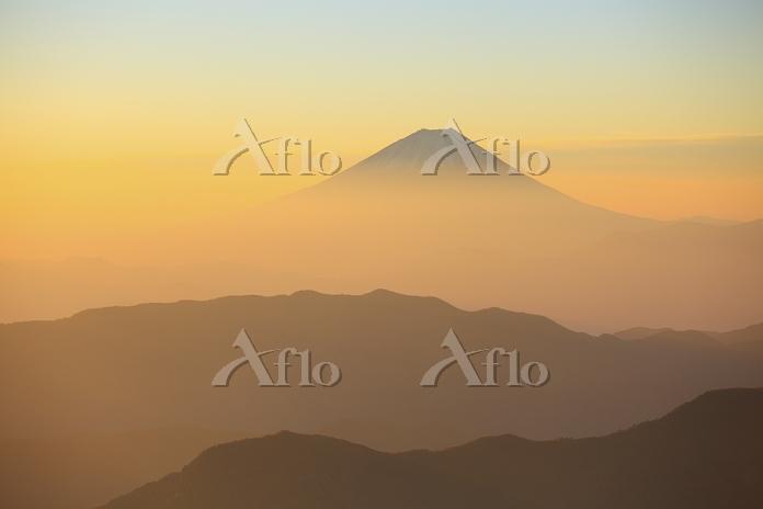 山梨県 北岳から望む朝日に染まる富士山と山並み