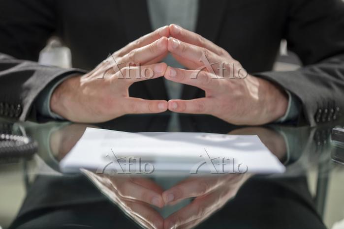 契約書とビジネスマン