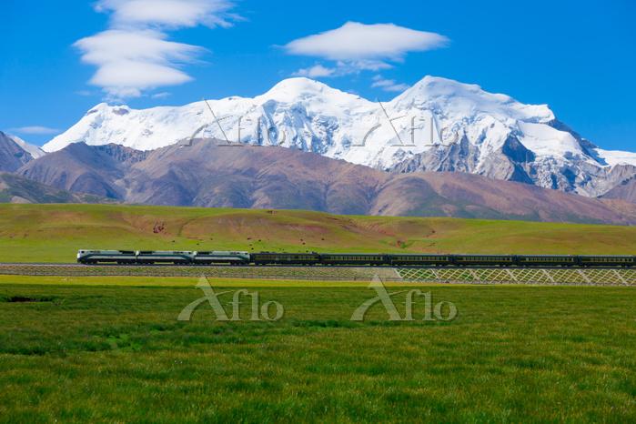 中国 チベット ニンチェンタンラ山(7162m)の麓を走る青・・・