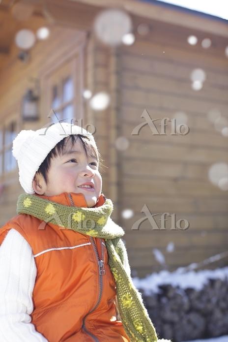 雪の日の日本人の男の子