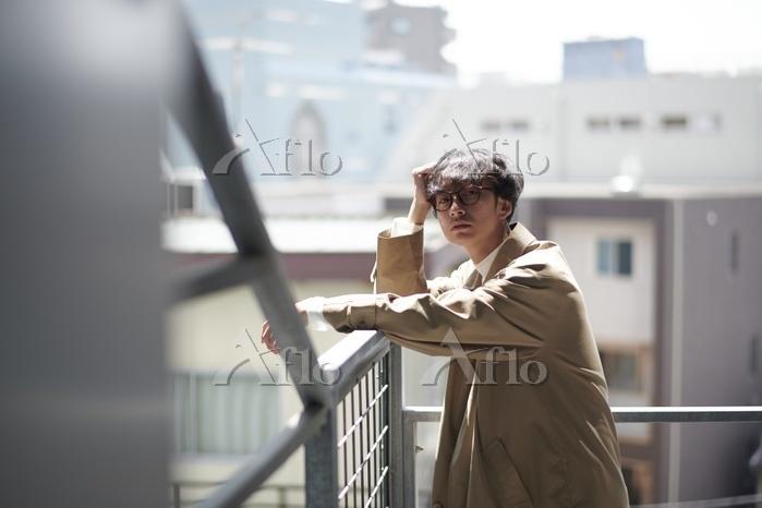 階段にいる日本人男性