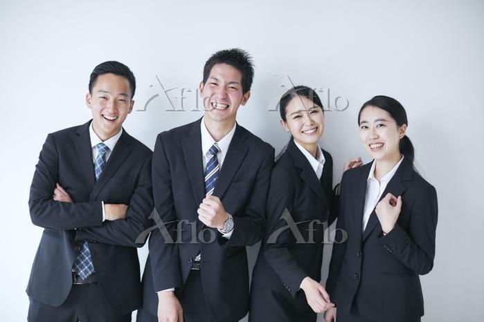 笑顔の日本人新入社員
