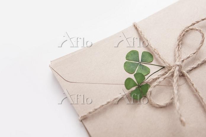 四つ葉のクローバーの飾りが付いた手紙