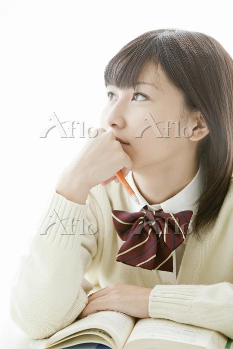 ノートを取りながら考える女子高生