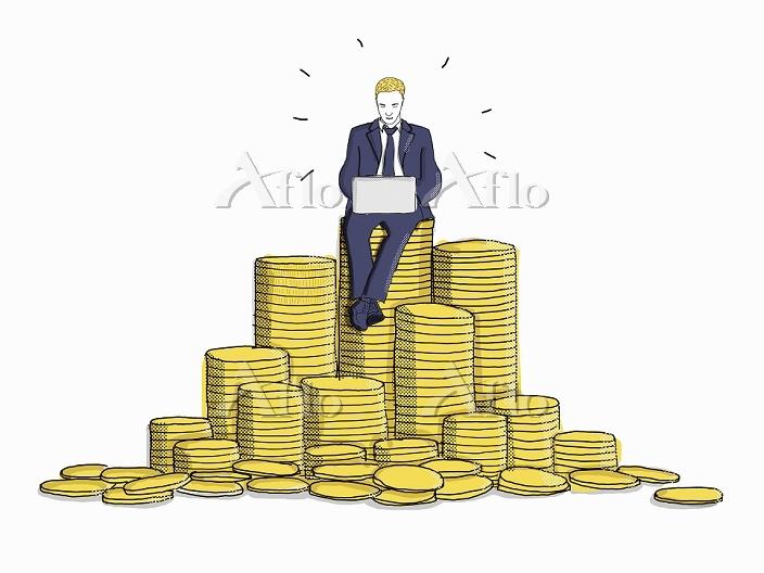 積まれた金貨に座りパソコンを使うビジネスマン