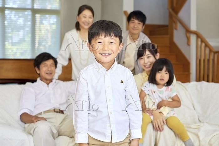 日本人の男の子と三世代家族