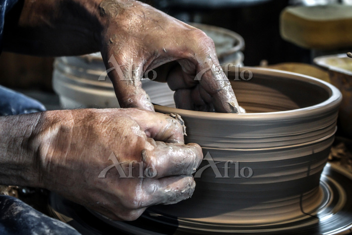 Potter at work, Photo by Steph・・・