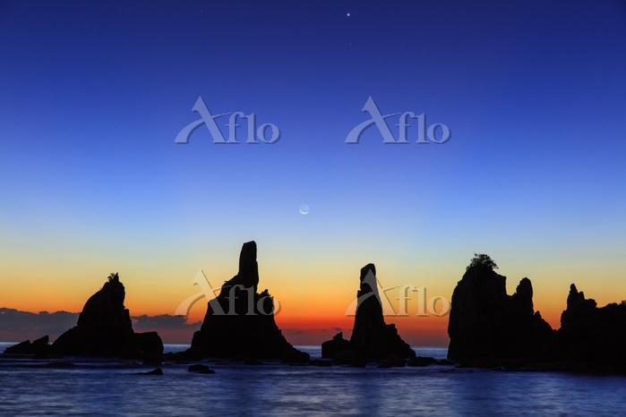 和歌山県 黎明の橋杭岩と月