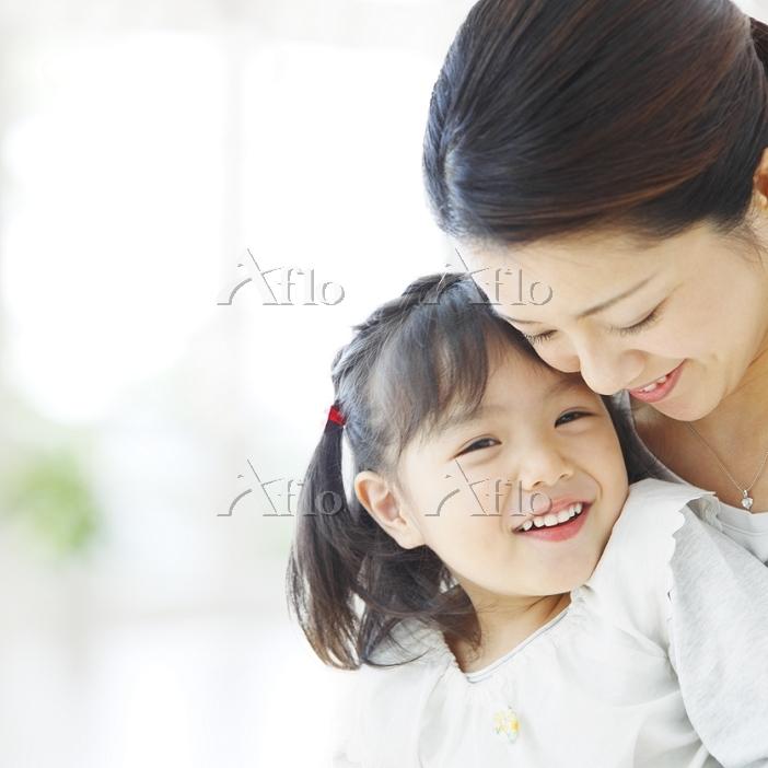 寄り添う日本人親子