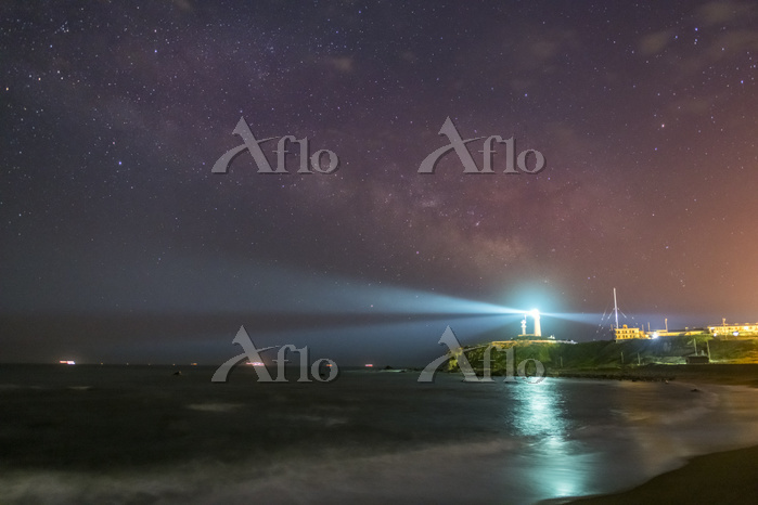 千葉県 天の川と犬吠埼灯台