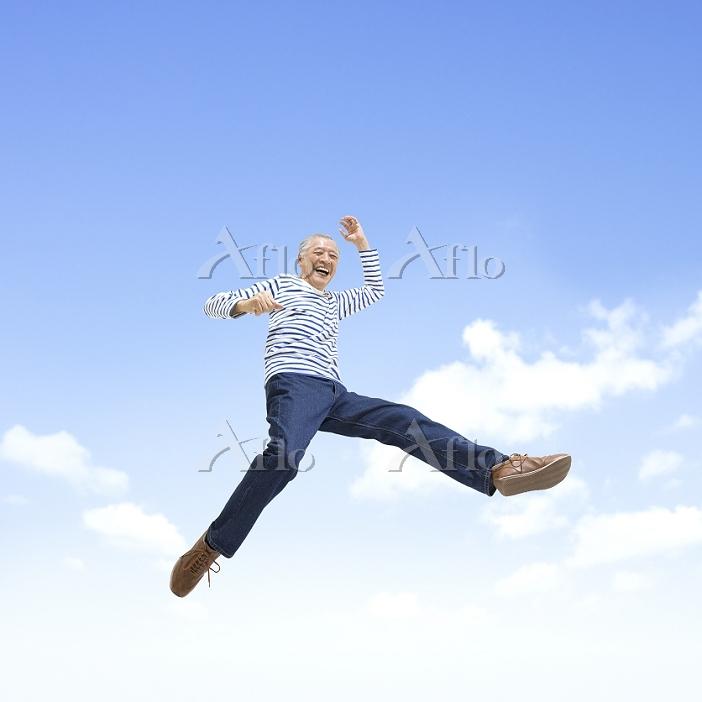 ジャンプするシニアの日本人男性