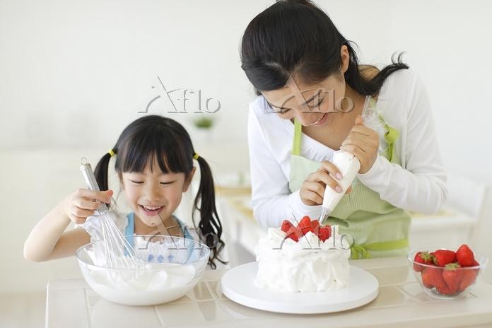 ケーキを作る日本人親子