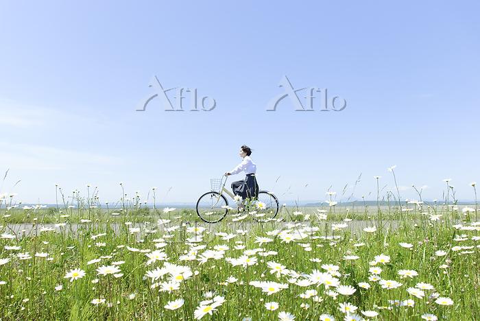 自転車に乗る女子学生