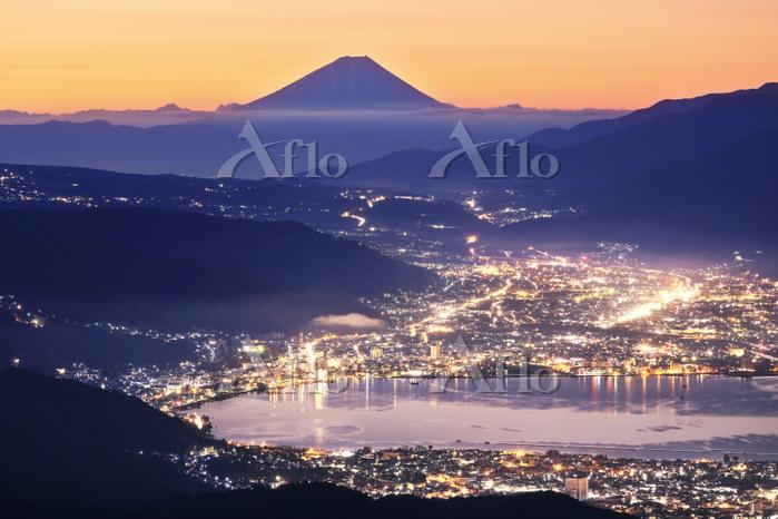 長野県 高ボッチから夜明けの富士山と諏訪湖の街灯り