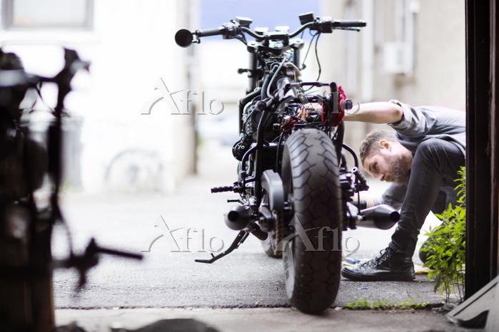 バイクを整備する男性