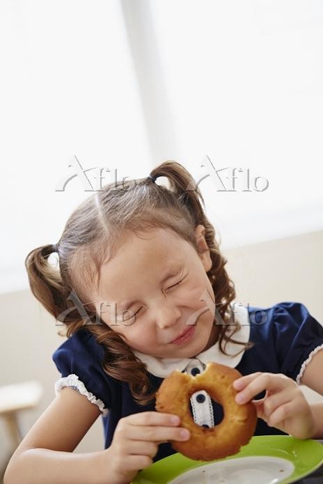 ドーナツを食べる女の子