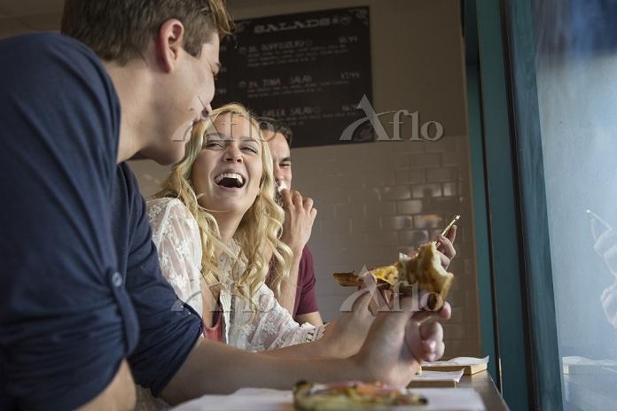 友人とカフェで食事をする女性