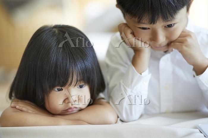 ふてくされる日本人の兄妹