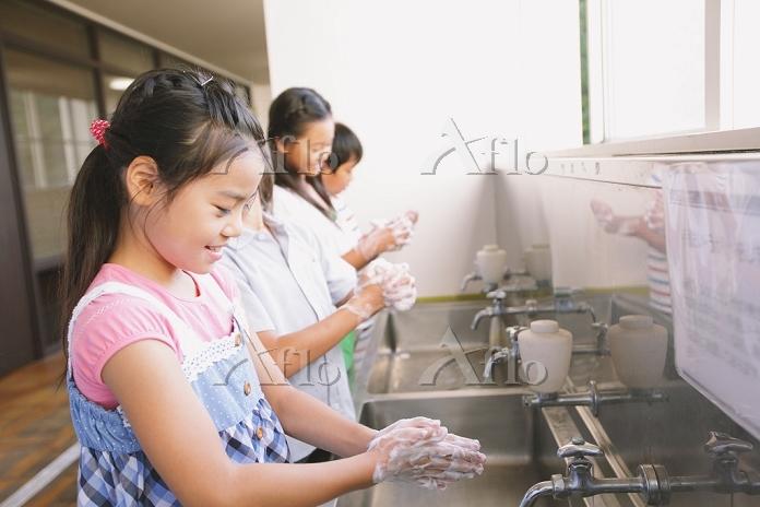 手を洗う小学生