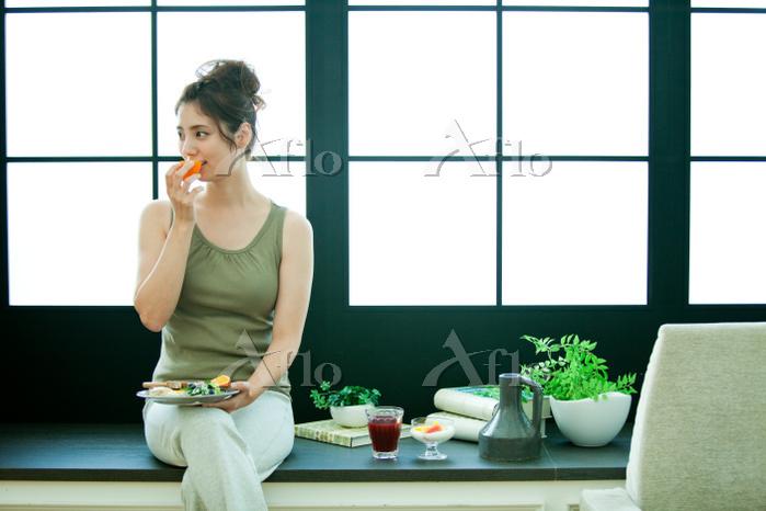 果物を食べる女性