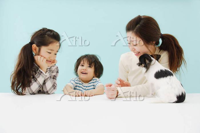 笑顔の家族と犬
