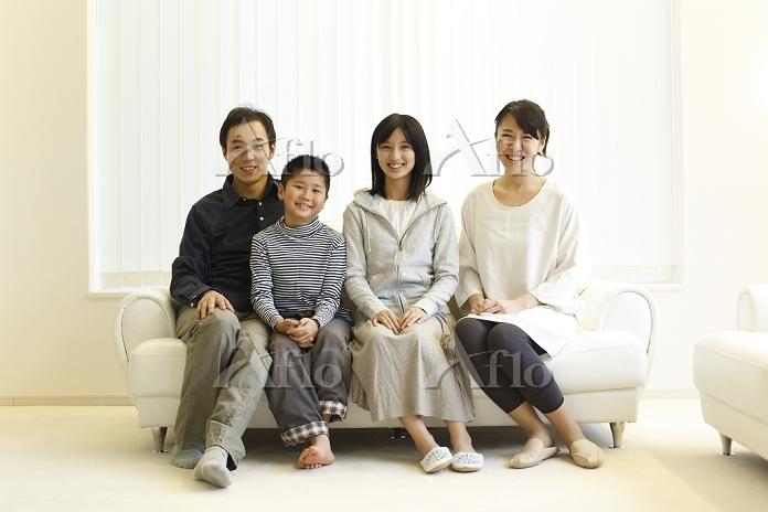 ソファに座る日本人家族