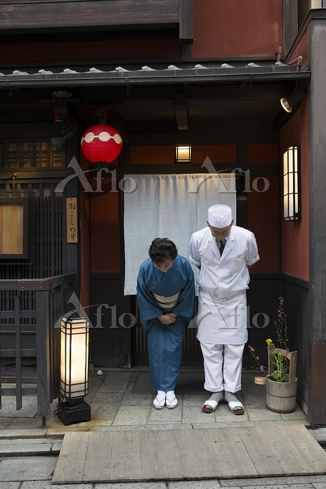 日本 お辞儀をする板前と女将