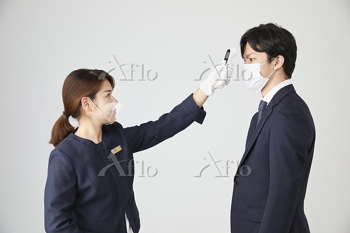 検温する日本人女性