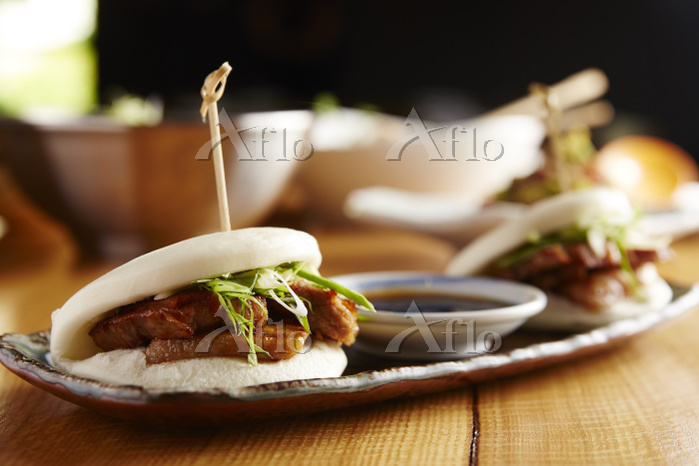 Close-up of pork buns served i・・・