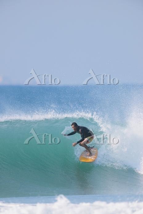 サーフィンしている男性