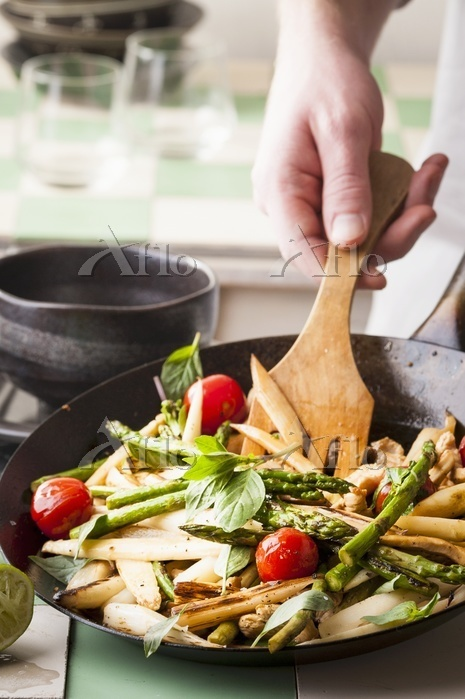アスパラガスとトマトとバジルを炒める